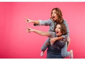 情感上令人惊叹的两位女性朋友玩得开心_687768901
