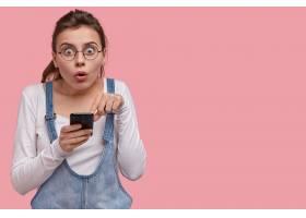 情绪激动的年轻女子不敢相信网店的促销和折_1142824001