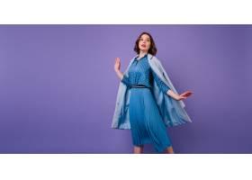 情绪激动的深色皮肤女人穿着蓝色外套在紫色_1065829201