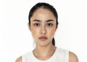 与世隔绝的年轻亚洲女孩肖像_367950901