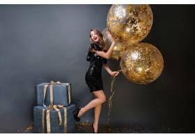 令人惊叹的时尚年轻女子高跟鞋穿着黑色奢_1136530101