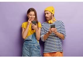 千禧一代的女孩积极地看着智能手机设备震_1249546801