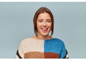 可爱女人的肖像留着现代发型舌头伸出来_1063203001