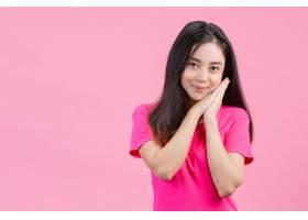 可爱的亚洲白人女子在粉色上摆出害羞的姿势_559985101