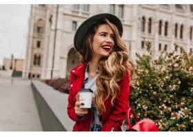 可爱的女人留着优雅的波浪式发型一边在_1090602201