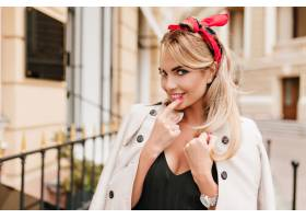 可爱的〓女士发型时髦修红色指甲顽皮地_1048652001
