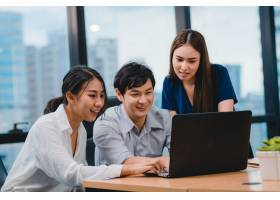 多文化商务人士使用笔记本电脑的协作过程_769687001