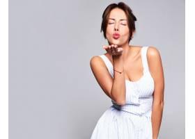 肖像美丽可爱的黑发女模穿着休闲夏装素颜_733597401
