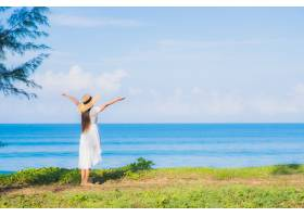肖像美丽的亚洲年轻女子在蓝天白云的海滩海_1120617201