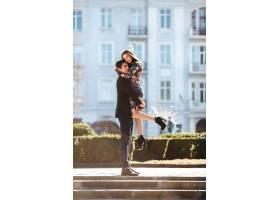 年轻夫妇度过了一个浪漫的夜晚_97990701