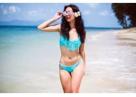 年轻性感美女古铜色健美的身材在充满异_1087300501