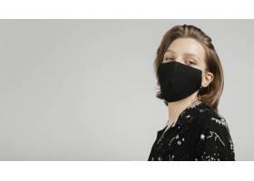戴面罩的侧视女子_1247648301