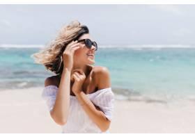 放松的短发女子在海滩上摆姿势户外拍摄的_1136589501