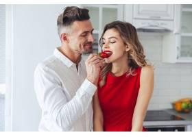 一对年轻浪漫衣着时髦的夫妇的肖像_651401801
