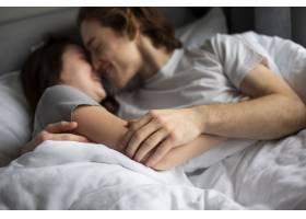 一对情侣在床上深情拥抱_675511301