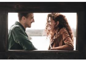 一对面带微笑的情侣面带微笑地看着对方_512621201