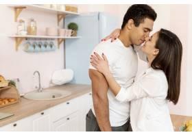 中镜头情侣在厨房接吻_594054801
