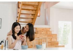 亚洲女同性恋LGBTQ女性夫妇送礼物回家_550372101