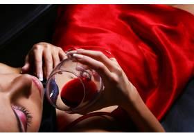 喝着酒的美女_669512501