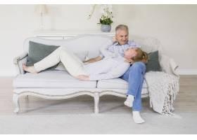 坐在沙发上的前景可爱的老年男女_534168301