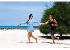 夏日阳光照可爱情侣在热带小岛浪漫度假一_985656801