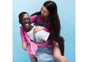 幸福的情侣在摄影棚里摆姿势_963361201