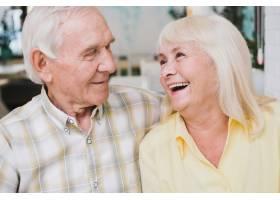 高年级夫妇笑得很开心_516232001