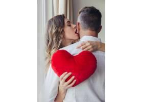 情人节概念性感年轻女子抱着男友的肖像_808145901
