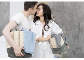 情侣抱着篮子想要接吻的侧视图_847469801