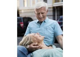 浪漫的高年级夫妇在户外长凳上享受时光的前_980565901