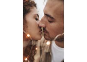 特写情侣在户外接吻_512653001