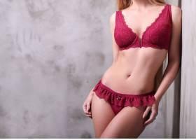 穿着性感红色内衣的美女_755411101