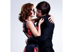 美丽性感情侣身着晚装摆姿势写真_1159917201