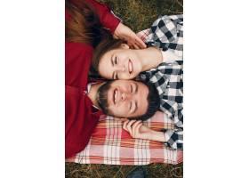 美丽的一对夫妇在夏季公园度过时光_571278101