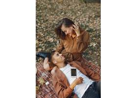 美丽的一对夫妇在秋天的公园里度过时光_924580201