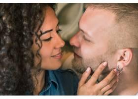 美丽的年轻恩爱夫妇相爱的男人和女人女_826504101