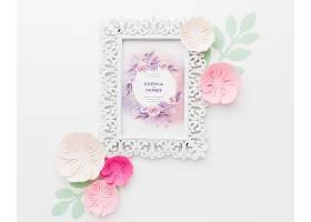 白色背景上有纸花的婚礼框架样机_77419410102