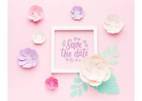 粉色背景上有纸花的婚礼框架样机_77419480102
