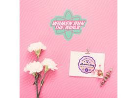 粉色背景上的鲜花和纸板样机_69663700102