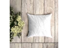花卉装饰的木板上的白色枕套样机_82631110102