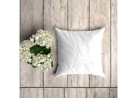 花卉装饰的木板上的白色枕套样机_82631420102