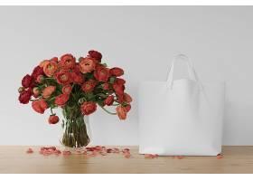 花瓶里有白色的袋子和鲜花_70433100102