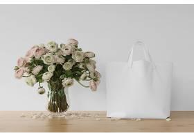 花瓶里有白色的袋子和鲜花_70433110102