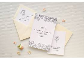 带有玫瑰花和信封的结婚卡片的俯视图_79656560102