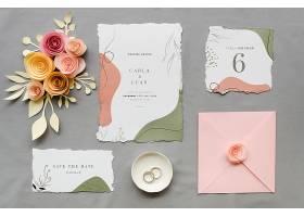 带有玫瑰花和戒指的结婚卡片的俯视图_79656800102