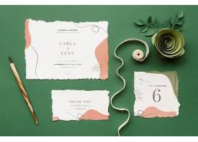 带有纸玫瑰和丝带的结婚卡片的俯视图_79656640102