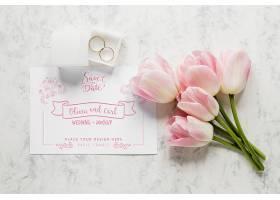 带有郁金香和戒指的结婚卡片的俯视图_79390530102