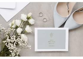 带有鞋子和玫瑰花的婚纱卡的俯视图_79657250102