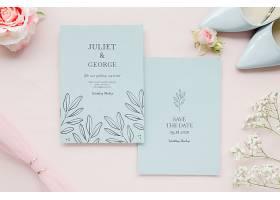 带有鞋子和玫瑰花的结婚卡片的俯视图_79657190102