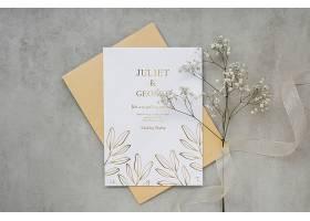 带有鲜花和丝带的结婚卡片的俯视图_79657500102